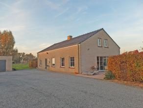 Alleenstaande woning op rustige ligging, bestaande uit:Inkomhal, ruime living in L-vorm, ingerichte keuken (met keramische kookplaat, dampkap, dubbele