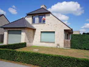 Deze recente en ruime villa is gelegen in een rustige verkaveling te Waardamme. De woning bestaat uit:<br /> GV.: Inkom met ingemaakte kasten, toilet,