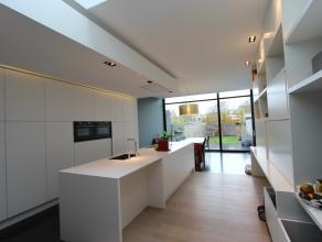 OPEN HUIS ZATERDAG 4 MAART 11h - 12h<br /> Assebroek, vlakbij Brugge centrum<br /> Schitterend modern gerenoveerd woonhuis met zonnige tuin <br /> Hog