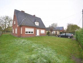 Deze op te frissen villa is zeer rustig gelegen, doch zeer centraal en vlakbij Aalter centrum. Vanuit de grote tuin (met appelboom) is het zalig verto