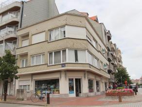 In de Dumortierlaan, nabij het Van Bunnenplein en vlakbij zee en strand, bevindt zich dit knus appartement met slaapkamer en terras. Indeling: inkom m