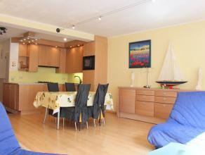 In de Lippenslaan in het centrum van Knokke vindt u dit gemeubeld appartement bestaande uit inkom, ruime living, open en volledig ingerichte keuken, b