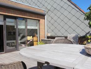 In het centrum van Knokke op de Lippenslaan bevindt zich dit penthouse met ruime zonneterrassen. Indeling: inkom met toilet en berging, living met gro