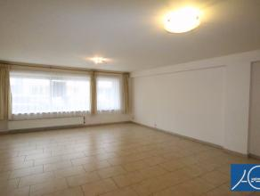 Ongemeubeld. Goed gelegen en ruim appartement op het gelijkvloers met koertje. Indeling : inkom-ruime woonkamer - ingerichte keuken - toilet - wasplaa