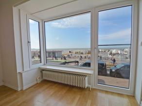 Gerenoveerd appartement op de Zeedijk op een eerste verdieping met: woonkamer met parket en balkon met prachtig zeezicht, volledig ingerichte aangenam