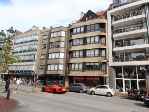 Dit ruim, zonnig appartement biedt mooie, open zichten en is gelegen in het centrum van Knokke, temidden van de winkels van de Lippenslaan.<br /> Inde