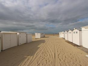 Volledig instapklaar en vernieuwd appartement met 2 slaapkamers op de Zeedijk van Zeebrugge. Dit appartement beschikt over volgende indeling:Inkomhall