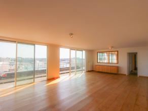 Deze ruime Penthouse biedt schitterende, uitgestrekte zichten over de jachthaven van Zeebrugge. Het beschikt over een terras vooraan en achteraan en h