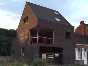 Dit MODERN pand situeert zich, op een COMMERCIËLE LIGGING, aan het nog nieuw aan te leggen STATIONSPLEIN van Beernem. Dit gebouw heeft een enorme