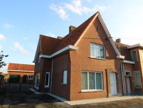 Deze KARAKTERVOL OGENDE halfopen gezinswoning is gelegen op de grens tussen Ruiselede en Wingene, u heeft er een optimale bereikbaarheid van E40. Ook