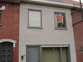 Deze woning ligt nabij het centrum van Roeselare, op wandelafstand van de bushalte en het ziekenhuis.  De woning omvat een inkom, een ruime leefruimte