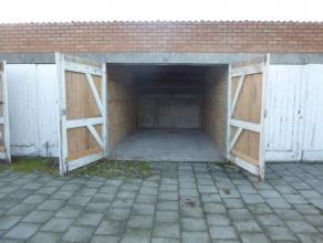Op een privéterrein, aan de achterkant van een appartementsgebouw bevinden zich deze 2 garageboxen (nr. 20 en 22). Bestaande uit een houten poo