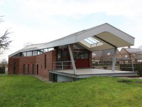Deze ENERGIEZUINIGE (zonneboiler) en MODERN OGENDE villa is ZEER RESIDENTIEEL gelegen in een doodlopende straat langsheen het water Gent-Brugge, op de