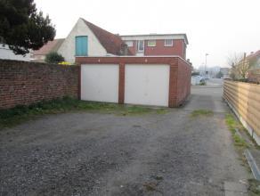 Deze garagebox met kantelpoort heeft een betonnen vloer. Onmiddellijk beschikbaar.