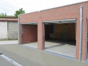 Deze recente residentie is gelegen in het centrum van Sint-Kruis.<br /> Achteraan het appartementsgebouw is er een dubbele garage (ev. opsplitsbaar) m