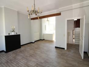 Deze duplex is gelegen in het centrum van Sint-Kruis nabij allerlei buurtwinkels. Het appartement is gelegen op het eerste en tweede verdiep en bestaa