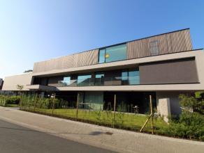 Deze modernistische residentie situeert zich op de hoek van de Schoolstraat en de Sint-Kristoffelstraat, op de grens tussen Assebroek en Sint-Kruis! D