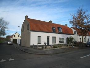 Deze gedeeltelijk gerenoveerde HALFOPEN BEBOUWING ligt op fietsafstand van Brugge.  De woning is thans als volgt ingedeeld: op het gelijkvloers vinden