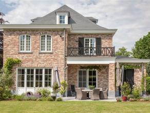 Dit uiterst verzorgd, ruim en klassevol landhuis werd opgetrokken in 2013 en afgewerkt met de meest exclusieve materialen. Alle woonvertrekken zijn vo