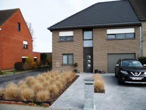 Ideaal rustig gelegen HOB met enorm veel ruimte!<br /> <br /> Gelijkvloers bestaande uit: inkom, toilet, bureau, zeer ruime woonkamer met open keuken,
