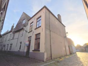 Deze opgefriste halfopen stadswoning is gelegen vlakbij de Kruispoort en Langestraat. De charmante woning is een typische stadswoning en biedt u oa. e