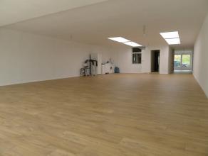 Zeer ruime woning te koop in de aangename Brugse stadsrand.In deze woning zult u het ultieme RUIMTEgevoel vinden. Op de gelijkvloerse verdieping vindt