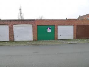 Garage met manuele kantelpoort te koop te Sint-Kruis.Deze garage heeft de volgende afmetingen:5,30m op 2,88 m.Inrijbreedte: 2,46 m.Contacteer ERA VAND