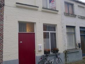 Deze budgetvriendelijke rijwoning in het centrum van Brugge is gelegen in een zijstraat van de Langestraat, nabij openbaar vervoer. Indeling: Woonkame