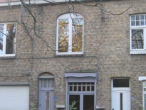 omvattende een kleine en gezellige living, ingerichte keuken, veranda, douchekamer, 1 slaapkamer, kelder, zolder en tuintje met terras