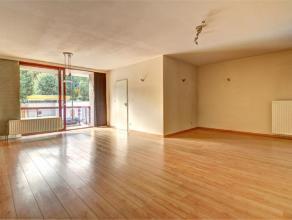 Quartier Pagodes, bel et spacieux (+/- 110 m2) appartement deux chambres situé au 1er étage avec ascenseur et comprennant : un hall d'en