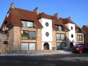 LIGGING Ruim en goed onderhouden duplex appartement gelegen aan de rand van het stadscentrum van Blankenberge, in een zijstraat van de Vredelaan, de b