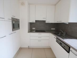 Recent duplexappartement met 2 slaapkamers op de 2e verdieping van de residentie La Couronne. Dit appartement biedt u lateraal zeezicht en bevindt zic