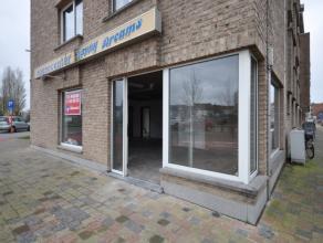 Hoekhandelsgelijkvloers stadsrand Oostende - nabij invalswegen naar E40 en Bredene - biedt uiterst veel visibiliteit op drukke passageligging - ideaal