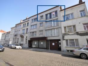 Rustig gelegen appartement op stadsrand Oostende - 3e verdieping - 90m² woonoppervlakte.<br /> <br /> Inkomhal met open bergruimte - ruime living