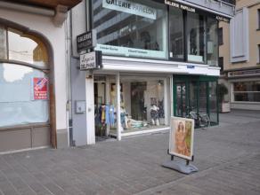 Handelsgelijkvloers op zeer commerciële ligging - gelegen aan bus- en tramhalte - grote passageligging met veel visibiliteit -  75 m² handel