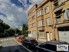 Laeken (réf : 7768) Situé dans un petit immeuble, superbe appartement entièrement remis à neuf composé d'un s&eacut