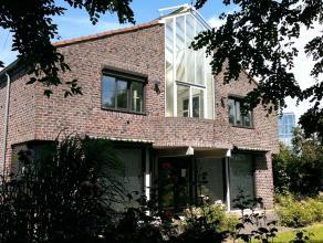 Polyvalente villa te Oostende met zuidgerichte tuin en dubbele garage. Laatst gebruikt als kantoor. Kan opnieuw ingericht worden als woonst of combina