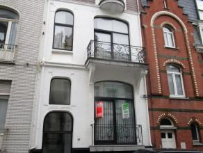 2 slaapkamer appartement nabij Petit Paris. Ruime living met open ingerichte keuken. Badkamer met ligbad, toilet en aansluiting wasmachine. De slaapka