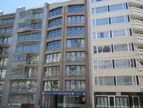 Instapklaar appartement met ruim zonneterras dichtbij het strand gelegen te Oostende.  Er is een living met open ingerichte keuken, 2 slaapkamers en e