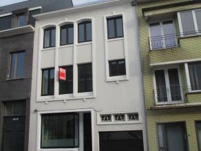 Zeer ruim en vernieuwd woonhuis bij het Vlaams Plein. 4 slaapka- mers, grote tuin en garage. Ook geschikt voor vrij beroep. Op 2 min.<br /> van Ostend