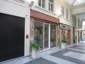 Topligging James Ensorgalerij Oostende, 32 m² met kelder en stockage, onmiddellijk vrij, nieuwe handelshuur.