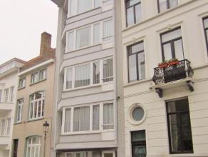Gelijkvloers appartement met koer dichtbij Leopoldpark in Oostende gelegen.  Er zijn 2 ruime slaapkamers en een grote dressing.  De living ligt aan de