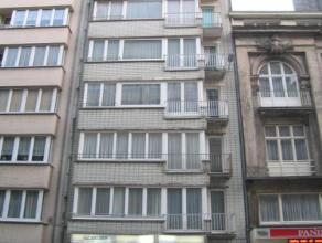 Gezellig één slaapkamer appartement gelegen nabij het Leopoldplein. Er is een ruime living. Ingerichte keuken. De slaapkamer is enorm gr
