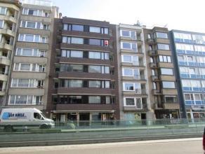 Ruim appartement met 3 slaapkamers te Oostende, dichtbij de zee, het bosje en de winkels.  De zonnige living, met  parketvloer,, en de ingerichte keuk