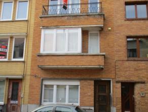 1 slaapkamer appartement gelegen in een rustige buurt. Half ingerichte gesloten keuken. Living met terras vooraan. Badkamer met douche, lavabo en aans