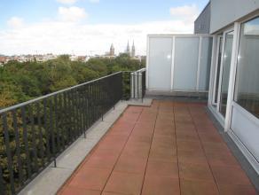 Dakappartement met mooi zonneterras en innemend zicht op het Leopoldpark in het centrum van Oostende. 3 slaapkamers. Op te frissen. Mogelijkheid aanko