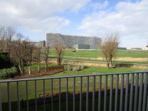 Nieuwbouwappartement te huur met 2 slaapkamers in een groene en rustige omgeving te Oostende. Er is een living met ruim terras van 25m2 met zicht op h