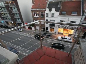 Dit ongemeubelde appartement ligt op de 4e verdieping van een kleine residentie en omvat een inkomhall, ruime woonkamer, afzonderlijke keuken, badkame
