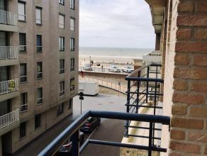 Dit gezellig appartement is gelegen op de 3e verdieping van residentie Vergeet-mij-nietjes en omvat: zonnige woonkamer met veel lichtinval die toegang