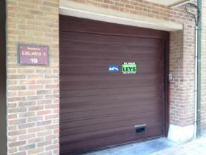 Deze ruime gesloten garagebox bevindt zich in de ondergrond van residentie Edelweis II. De box heeft een breedte van 2m70 en een diepte van 6,00m. Ach